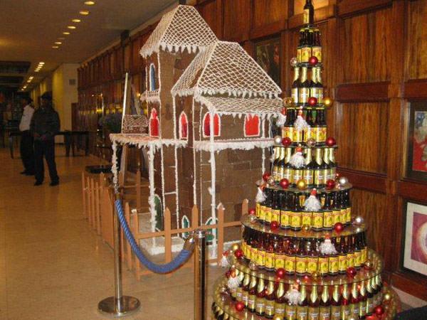 日本を深夜出発して、翌日の昼食はアディスアベバです。12月30日でしたが、エチオピアのクリスマスは1月7日。ホテル入口にはお菓子の家とビール瓶でこしらえたタワーが。