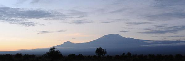 キリマンジャロの朝 雨後は却って山が見えることが多いので期待していました。マウエンジ峰もばっちりです。しかし、陽が強くなると雲をかぶってしまいました。