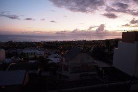 徐々に明るくなり、インド洋が見えてきた県都サン=ドニの朝。