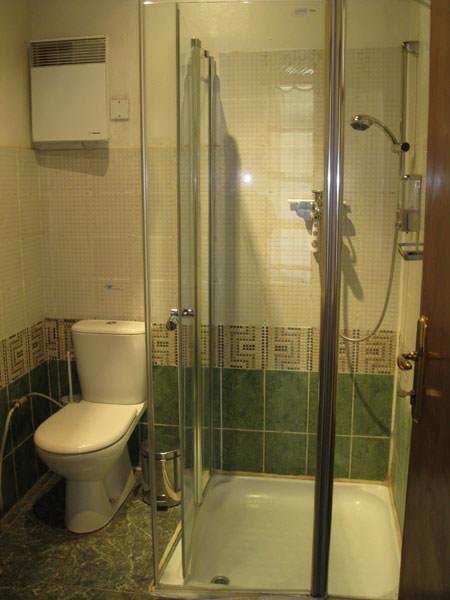 地方のホテルでもお手洗いとシャワールームはこんなに綺麗でした。