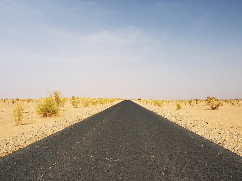 首都ヌアクショットから西へ向かって延々と続く、通称「希望の道」。マリ国境近くの町、ネマまでは完全に舗装されています。