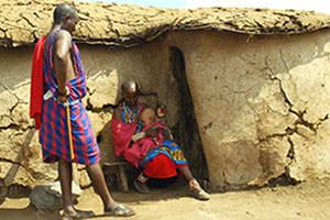 マサイの村を訪問。アンボセリ国立公園のセレナロッジ近辺にいくつかのマサイ村があります。家は牛の糞を練って作ってあるのですが、その現実離れした村の状況が皆様とって一番意外だったかもしれませんね。入村料の集金に厳しいマサイも家族の前では優しいお父さんの後ろ姿です。