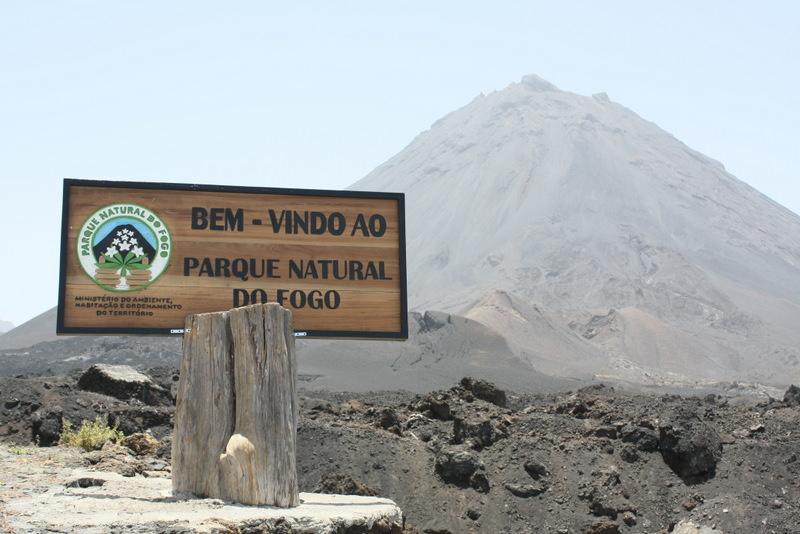 カーボ・ヴェルデ最高峰(2,829m)のカノ山(Pico do Fogo)。活火山で、メインの火口からの噴火は、1675年が最後だが、1995年に山の西側山腹より噴火。1995ピークと名付けられている。