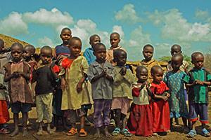 マサイの小さな子供たち。(この村の)状況は昔と変わりません。たくさんの同年代の小さな子供たちです。年かさの子たちは寄宿舎から学校に行ければ幸せです。