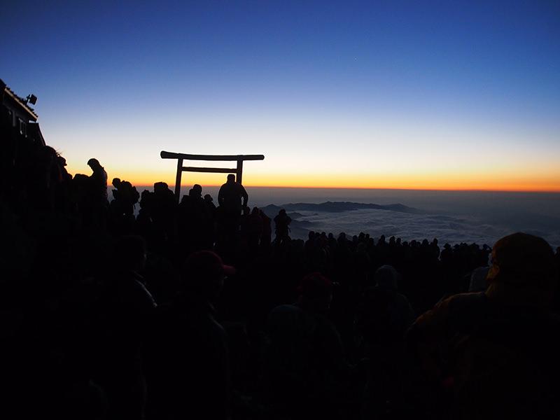 2014年7月、高所トレーニングのため富士山へ。美しいご来光を楽しみました。