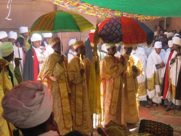 司祭様、歌、音楽を奏でる人、恭しく捧げる修道士。