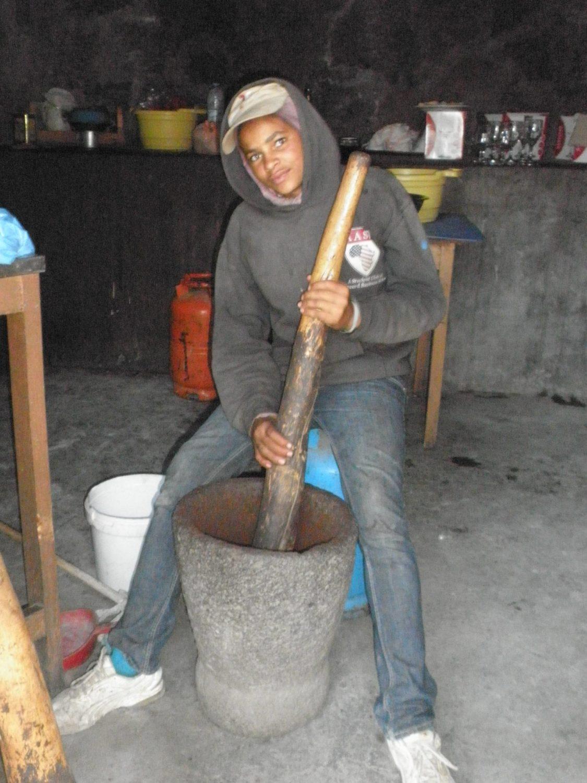 コーヒーも栽培し、製品化、販売しています。完全手作業(木の棒と臼)で豆を挽いています。すっきりとした味わいで美味しい。