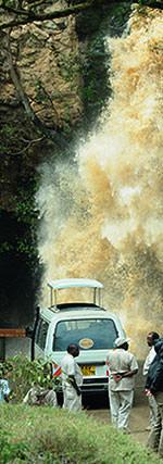 マカレアの滝。さして高くない滝ですが、森の中にいきなり出現するように見える滝。3,000級の山塊を水源にし、大量の水を湖に注いでいます。