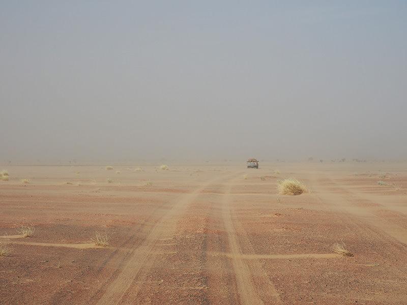 強い風が吹く日は、風景全体が砂埃で霞みます。