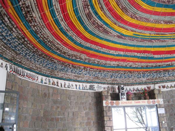 レストランの天井も、手作りです。壁には絵が。