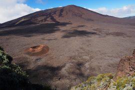 今も活動を続けるフルネーズ火山。黒い山肌はまだ新しい溶岩が流れた痕です。