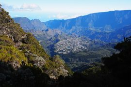 島で2番目の規模を誇るサラジー圏谷の底にある街、シラオス。