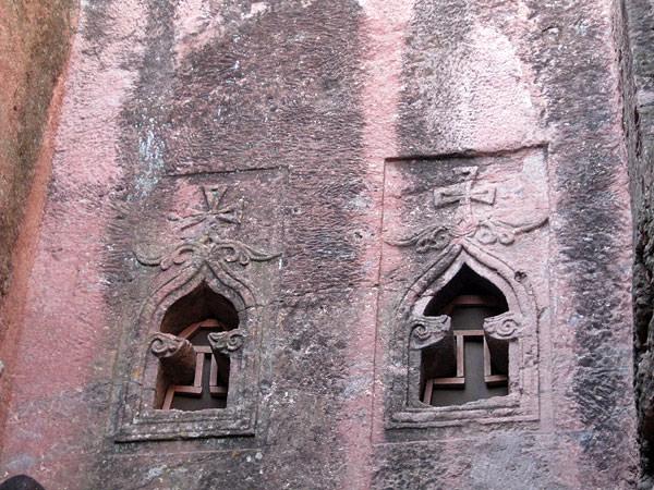 教会の窓の形も意味があります。柱にも、壁の作りにも意味がありますが、暗くて写真は無理でした。