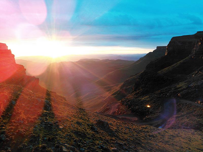 アフリカで最も標高の高い峠「サニ・パス」の上2,873mで望む初日の出。