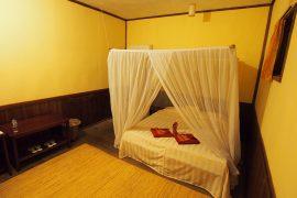 湿度が高く、虫も多い森ですが、部屋には蚊帳もエアコンも付いており快適。