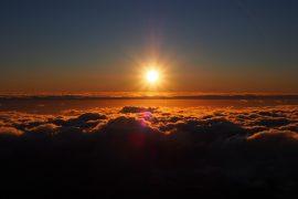 雲海と朝日。雲の下にはインド洋が見えます。