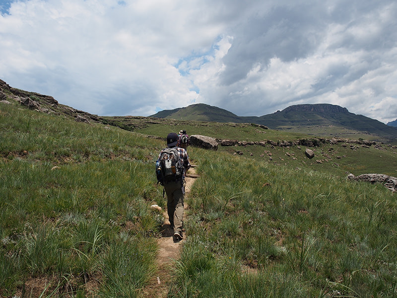ドラケンスバーグ山脈の麓、コバム保護区内を岩絵を訪ねてトレッキング。