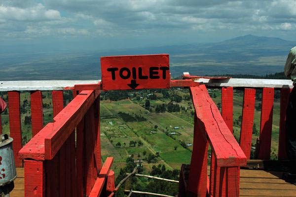 そのトイレの入り口。地溝帯に向かって坂道を降りて行くと都会っ子には耐えられないトイレが・・降りるときちょっとこわいかな。ナイロビまでの1時間半トイレを我慢したほうがリーズナブルであるとの冷静なご指摘をいただきました。でも大地溝帯を見下ろして・・・は良い経験かも。