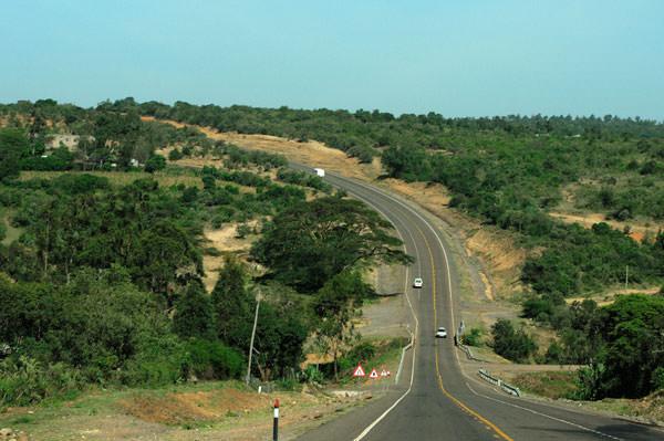 大地溝帯の中をマサイマラ方面に走行します。大地溝帯を地球の大きな割れ目と思ってしまうとちょっとちがってしまいます。小さな平野あり、谷あり山ありの広大な地域です。ケニアの公園外の地溝帯内には野生のシマウマ、キリン、ヌー、他各種レイヨウ類がたくさんいるそうです。