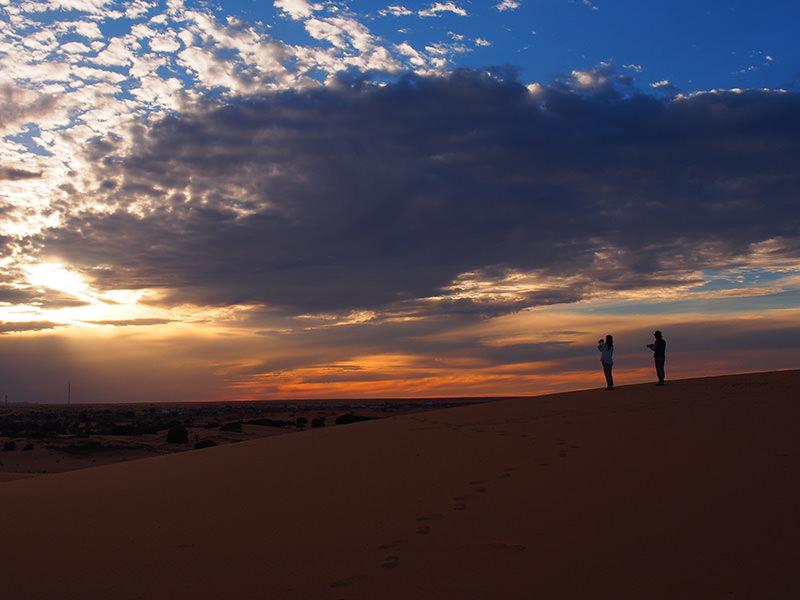 シンゲッティ郊外の砂丘の上から、美しい夕日を眺めました。