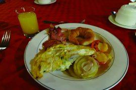 ある日の朝食。卵はオムレツやスクランブルエッグなどお好みで焼いてくれます。