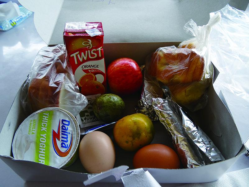 ロングサファリや朝の出発が早い時などはお弁当を持って出かけます。 サンドウィッチ、卵、チキン、くだものなど盛りだくさんです。