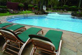 プールで泳いでもよし。(泳ぐには寒いので、あまり泳いでいる人は見かけませんが…) プールサイドでゴロンとしてもよし。