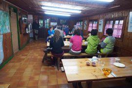 山小屋ですが、食堂も広く、アットホームな雰囲気で快適。