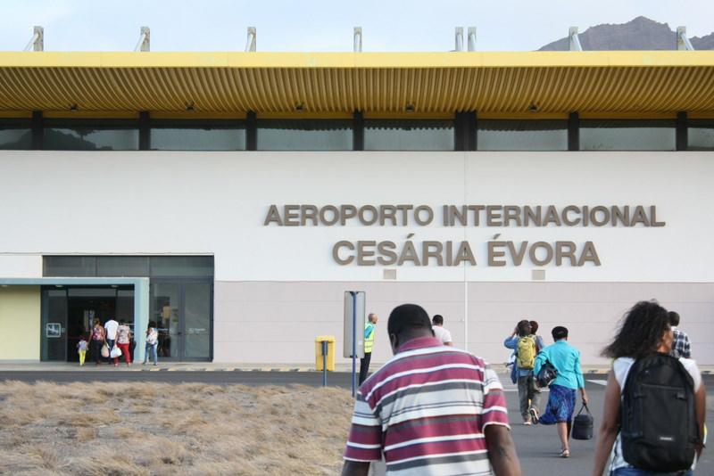 世界的に活躍をした裸足の歌姫、故セザリア・エヴォラの出身島でもあり、空港は彼女の名を冠している。