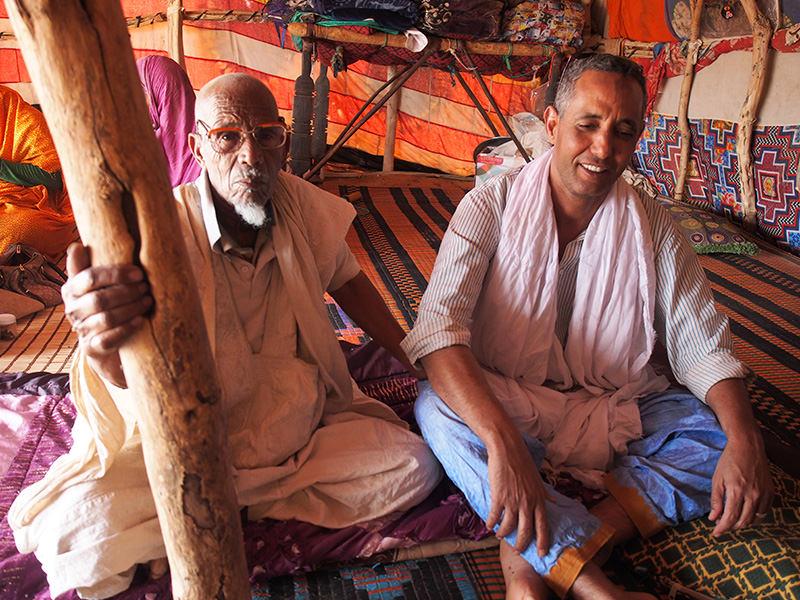 長年の遊牧暮らしを反映してか、砂漠で出会う老人たちは、一様にいい顔をしていました。右側はガイドのマウロウド氏。