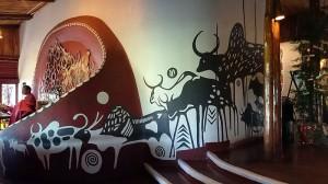 壁面に動物が描かれています。