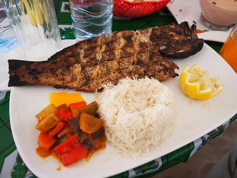 シンプルですが美味しい、スズキ系の白身魚の塩焼き。