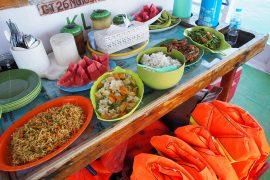 船上でコックさんが手早く調理するインドネシア料理。