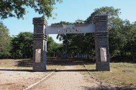 世界遺産コモド国立公園のゲート。ゲートは形式上で、海上の部分も含まれています。