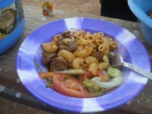 デム湖畔の農園でとれた新鮮な野菜サラダと肉入りマカロニ
