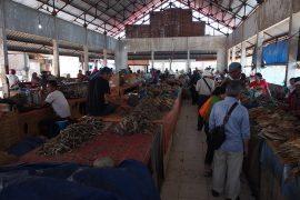 ラブアン・バジョーの魚市場では、ボラ、サワラ、タイなど、日本でもおなじみの魚も多く売られています。
