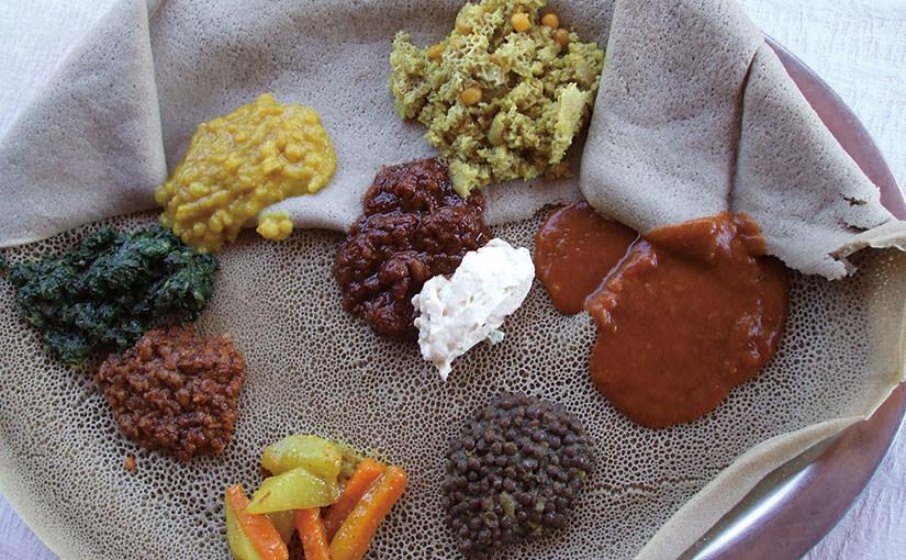 エチオピアの精進料理、豆と野菜料理プレート「バイアネット」