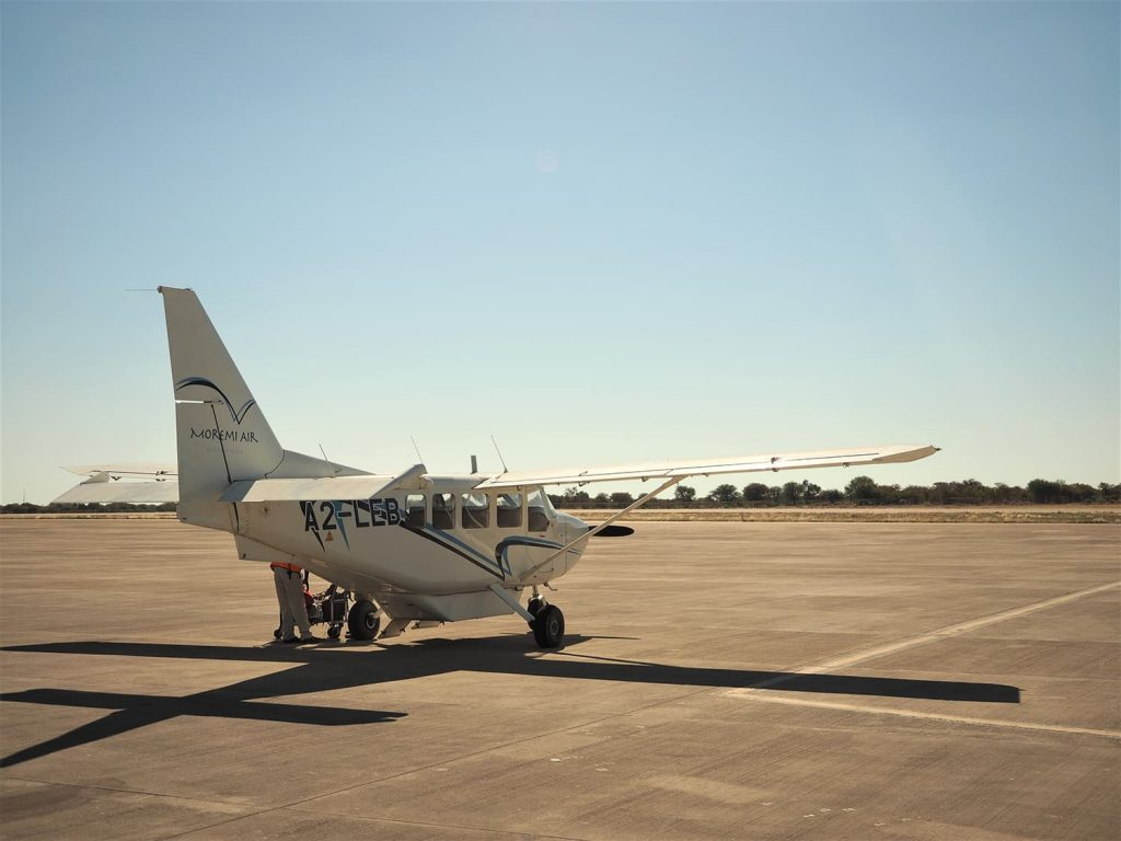ボツワナ北部の玄関口マウンの空港から6名乗りの小型飛行機でオカバンゴの大湿原へ向かいます。