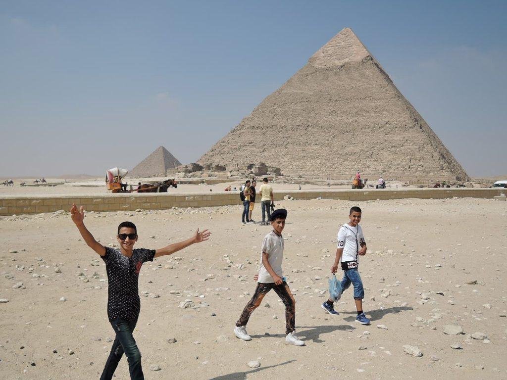 ピラミッドと地元の子供たち