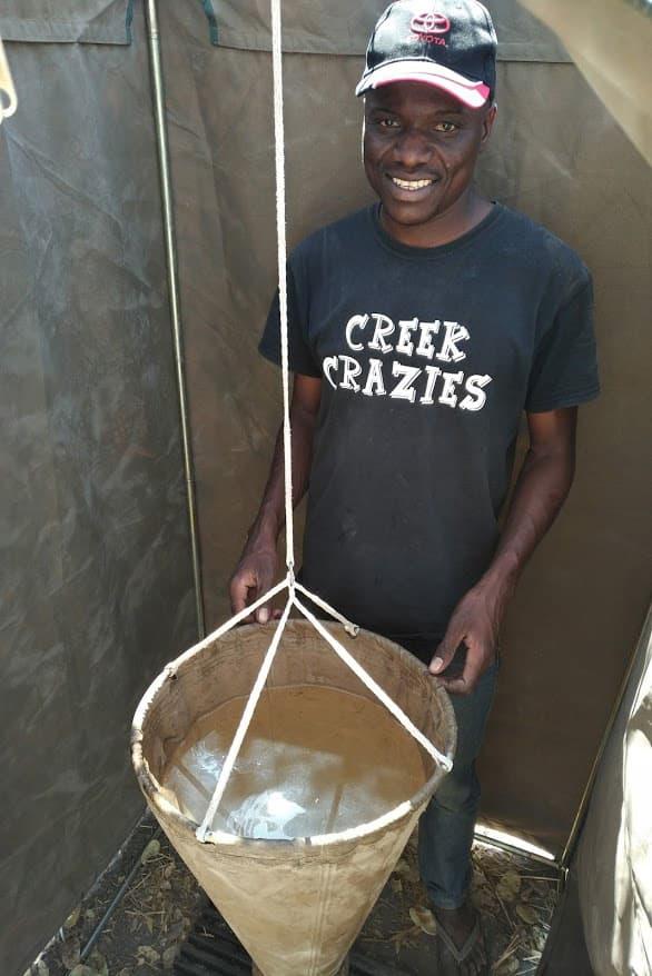 シャワーはキャンバス地のバケツにお湯を汲みます。