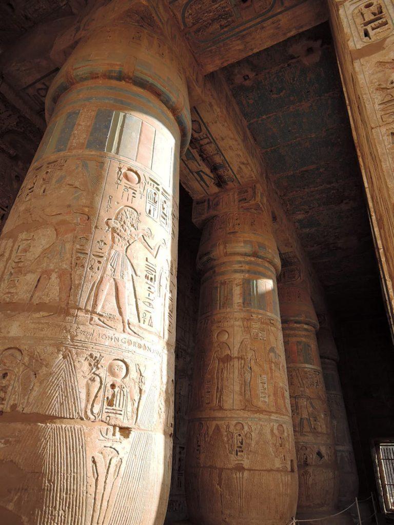 鮮やかな色が残るラメセス3世葬祭殿