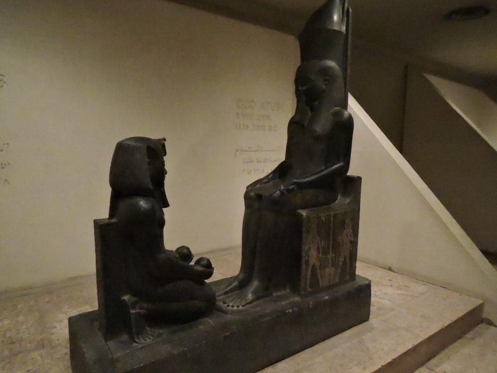 ルクソール博物館、アトム神の前に跪くファラオ