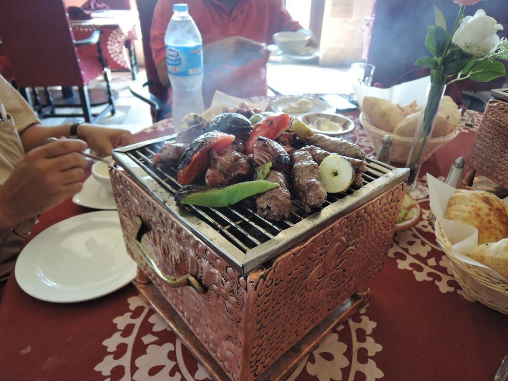 おいしい料理、コフタと野菜の炭火焼