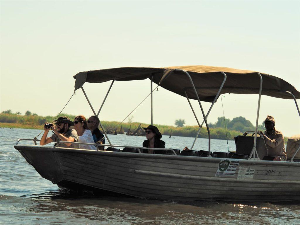車のサファリがメインでしたが、ちょっと趣向を変えてチョベ河のボートサファリ。