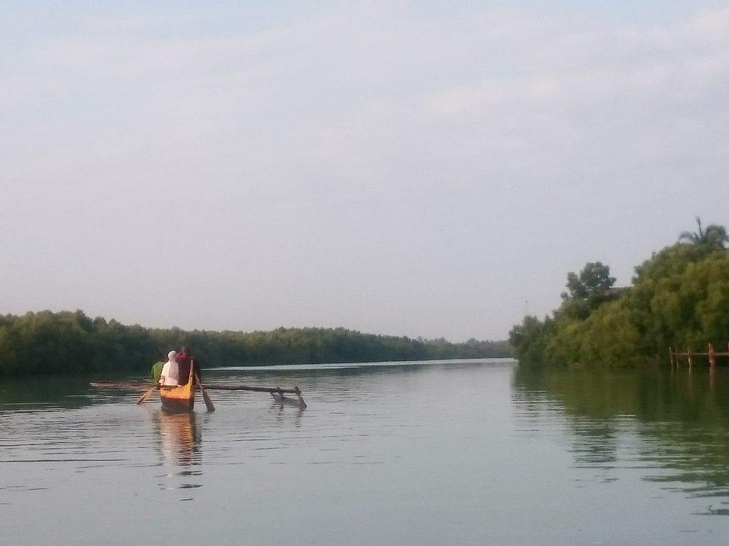 マダガスカル最終日の朝は、ホテル近くの漁村へ。インドネシアからマダガスカルへ渡ってきたときに使われていたというアウトリガーカヌーで出発!