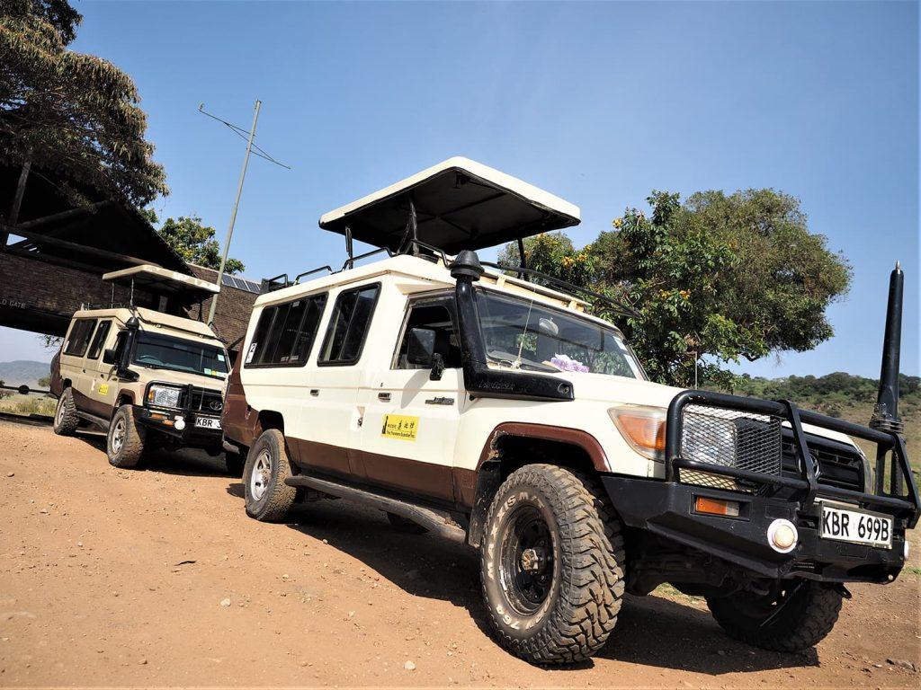 今回のツアーはマサイマラ保護区に6連泊。様々な地形を走る為、4WDのランドクルーザー×2台体制で向かいます。