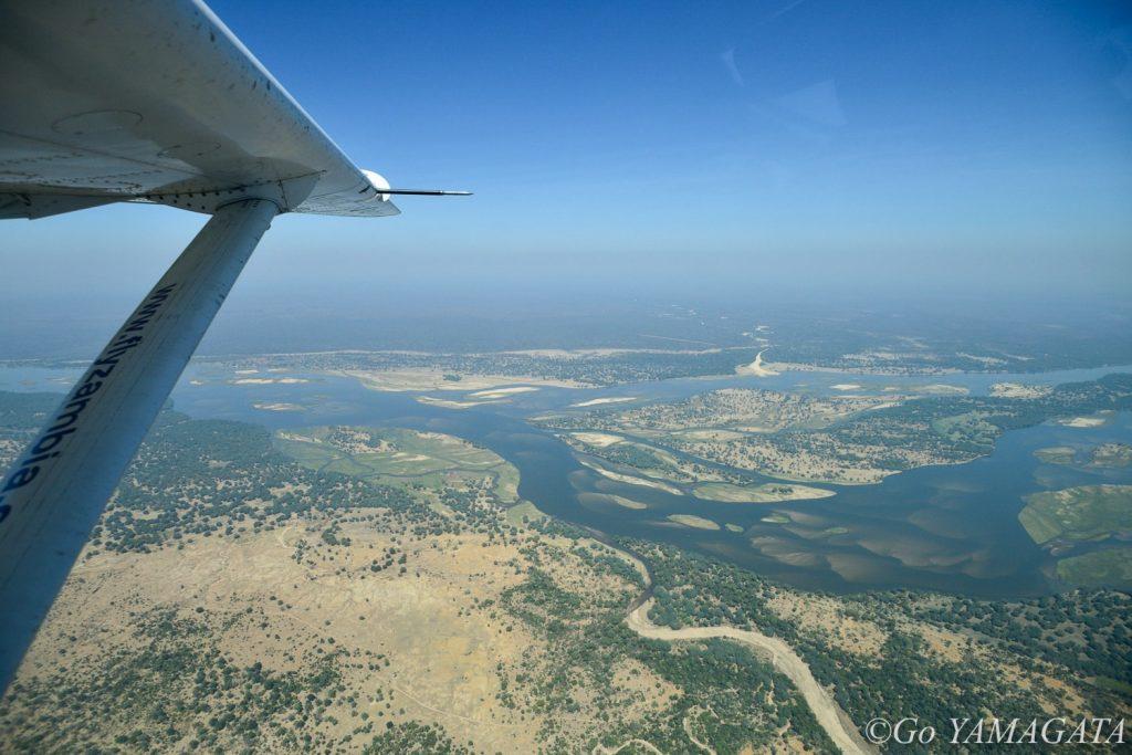 ロウワー・ザンベジ国立公園は、アフリカ大陸3番目の大河であるザンベジ河沿いに位置している。手前がザンビア、対岸がジンバブエだ。