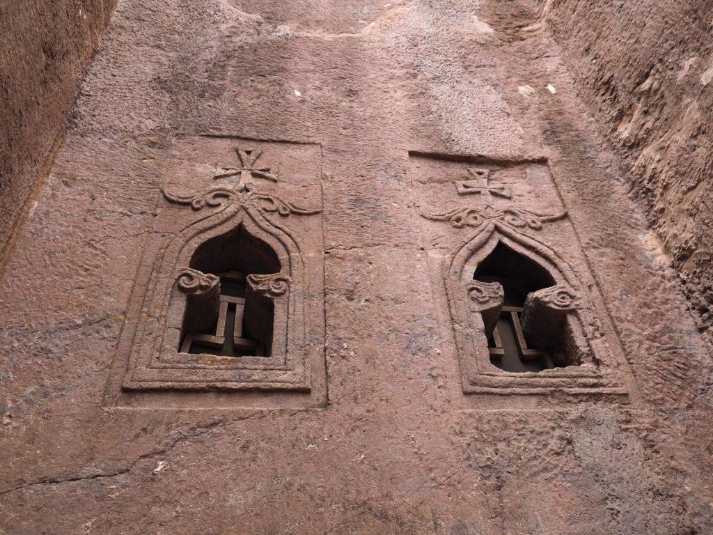 巧みなノミ捌きで刻まれたあかりとりの窓の軽やかな装飾