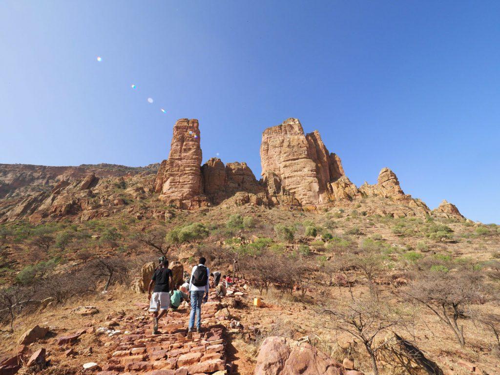 ティグレ州の岩窟教会を代表するアブーナ・イェマタへの山道