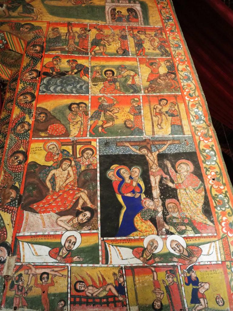 磔刑に処されたイエスと、12人の使徒の殉教を描いた壁画
